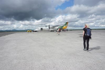 Auf dem Weg zum Flugzeug