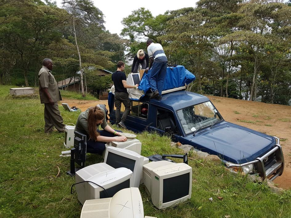 Geländewagen in Manka mit Alttechnik beladen