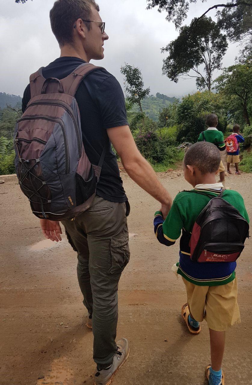 Hand in Hand mit Schulkind Shigatini
